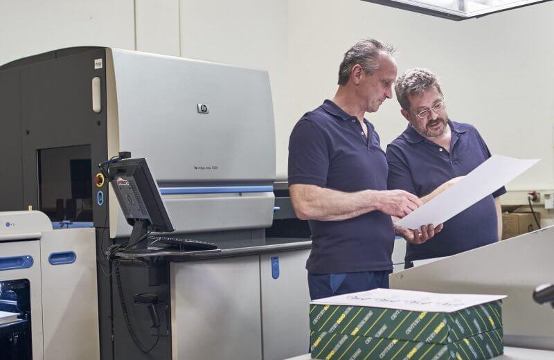 Digitaldrucker vor Digitaldruckmaschiene